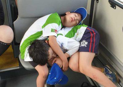 Schlafende Jungen im Bus