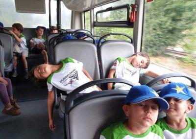 Schlafende Kinder im Bus