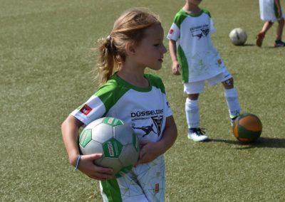 Mädchen mit Ball in der Hand