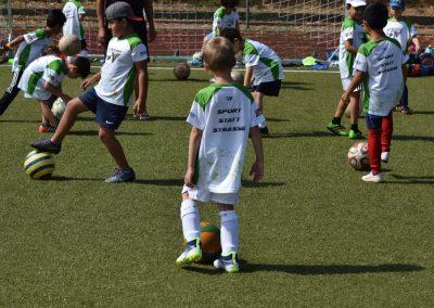 Gruppe Kinder die Fussball spielen
