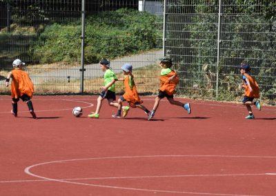 Kinder spielen Fussball auf einem Bolzplatz