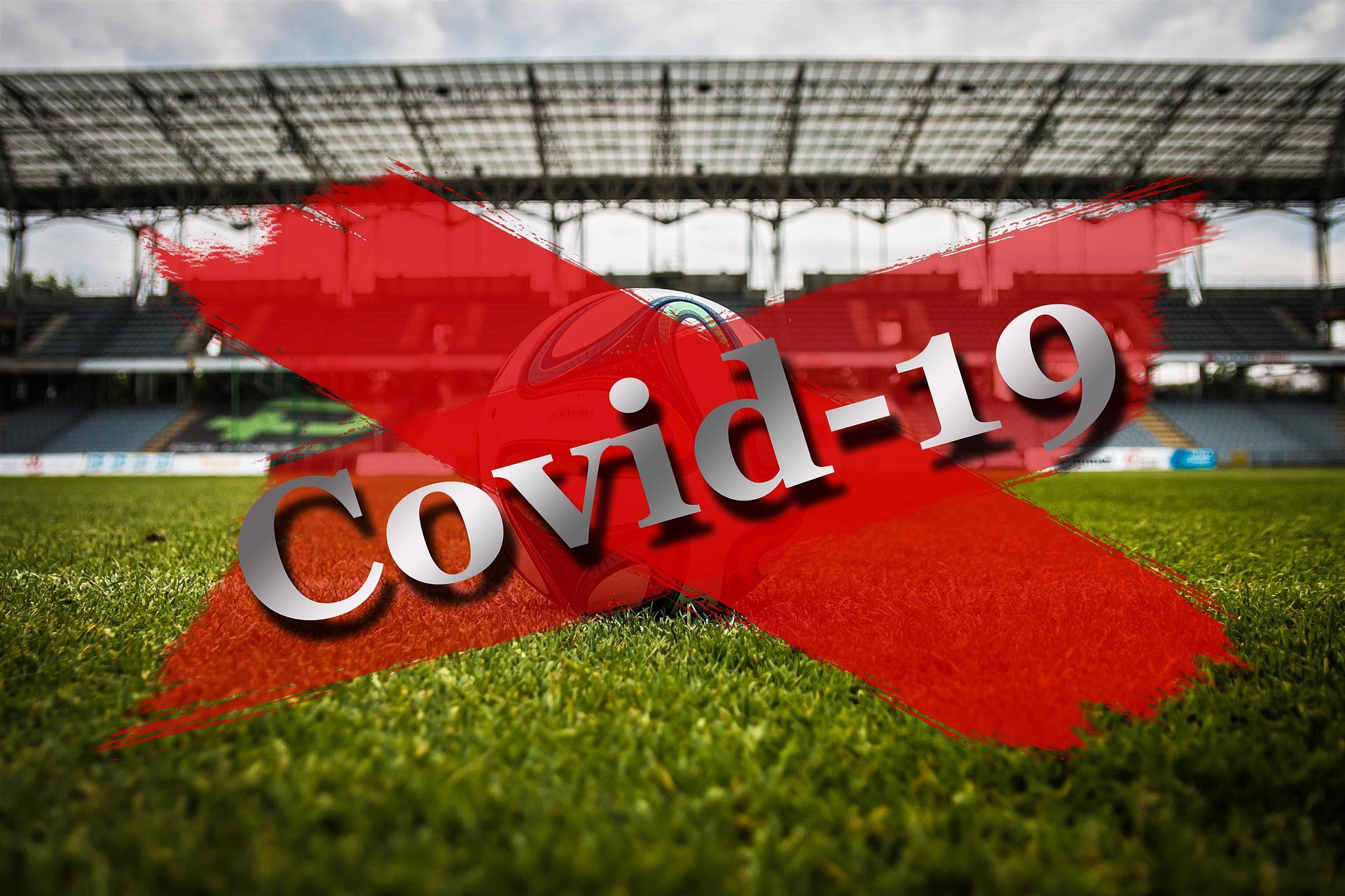 Fussballstadion mit einem roten Corona-Slogan durchgekreuzt