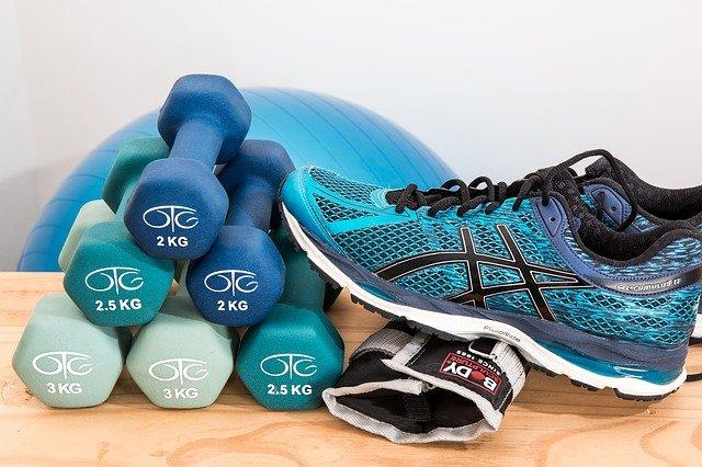 Laufschuhe, Hanteln und Gymnastikaball