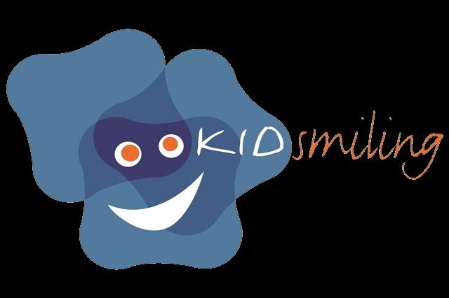 Logo Kidsmiling zeigt einen blauen Kleks mit einem Lachen
