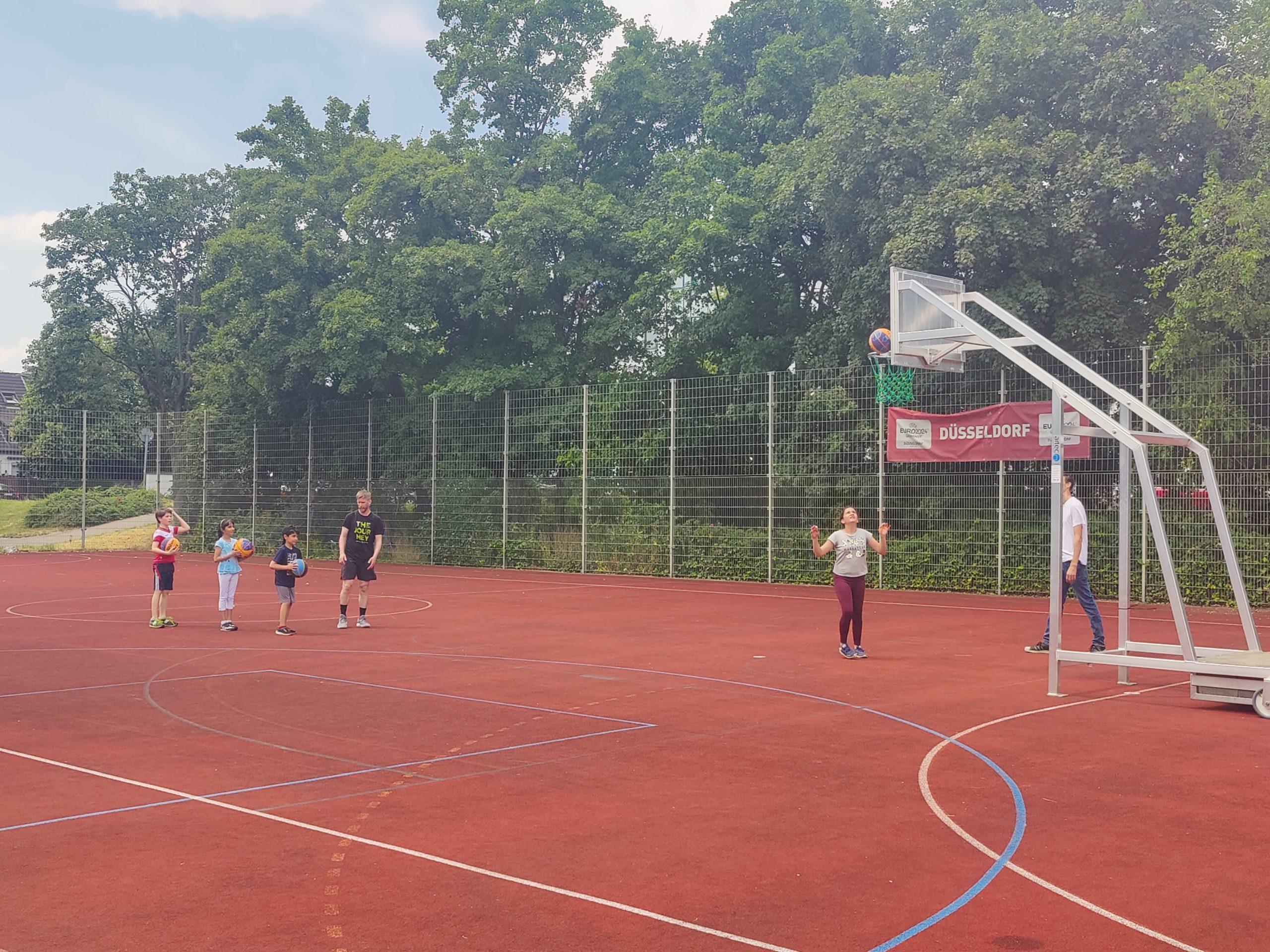 Kinder spielen 3x3 Basketball